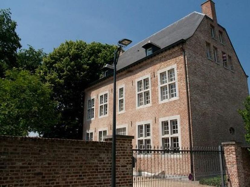 Appartement in de voormalige pastorij van Sint-Truiden. Het gebouw stamt van ongeveer 1735, maar is recentelijk gerenoveerd met alle hedendaags comfor