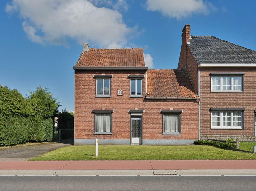HOB, opgericht, volgens kadaster, in de periode van 1919-1930 met ruime tuin. <br /> Indeling: <br /> Gelijkvloers: gang met trap en berging onder t