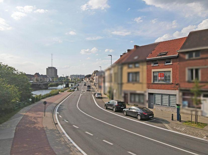 Dit appartement is uitstekend gelegen aan het centrum van Gent en nabij de verbindingswegen. Indeling: Appartement 1(GV): ruime woonkamer, eetplaats,