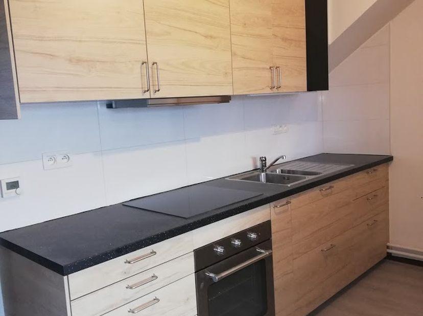 Appartement met één slaapkamer op tweede verdiep.  Gelegen in het centrum van Riemst, met directe toegang tot winkels en openbaar vervoer. Vernieuwde