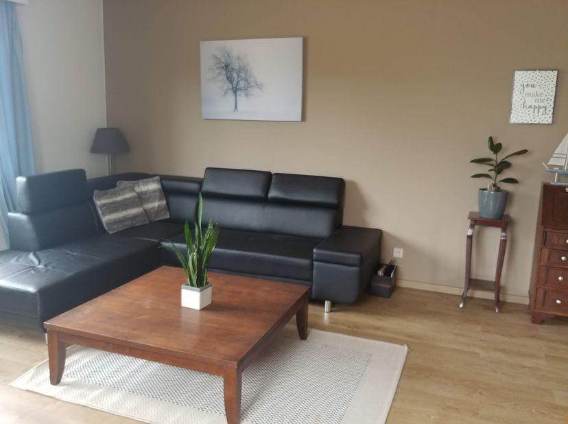 Ruim gelijkvloers volledig ingericht appartement met 2 slaapkamers en zeer ruime garage. Aan de Sportlaa n in Maaseik, nabij het centrum. Mogelijkheid