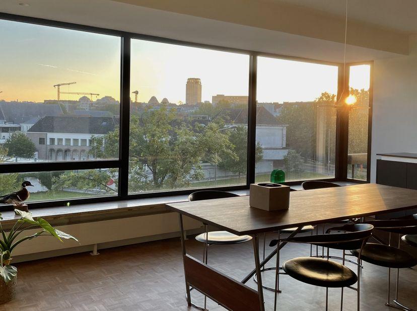 Dit appartement neemt de volledige 3de verdieping van een kleinschalige residentie in beslag, en heeft een uniek uitzicht over de Bijloke, Boekentoren