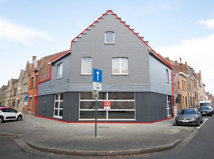RUIME GEZINSWONING TE BRUGGE<br /> Deze zeer ruime woning heeft een uiterst gunstige ligging net buiten het centrum van Brugge en is eenvoudig bereikb