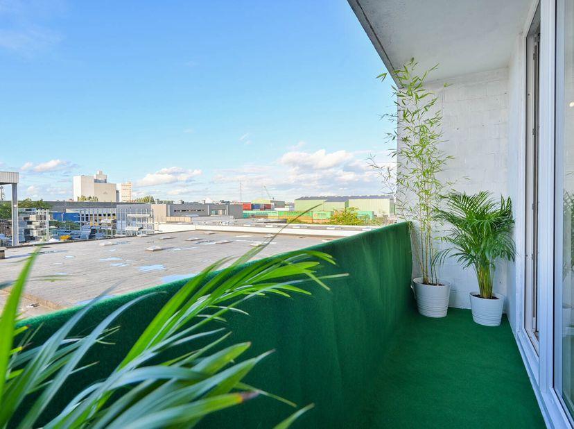 Rustige comfortabele gerenoveerde studio op 2e verdieping. <br /> In een appartementsgebouw met aanhorigheden op en met grond, gelegen Bisschoppenhofl