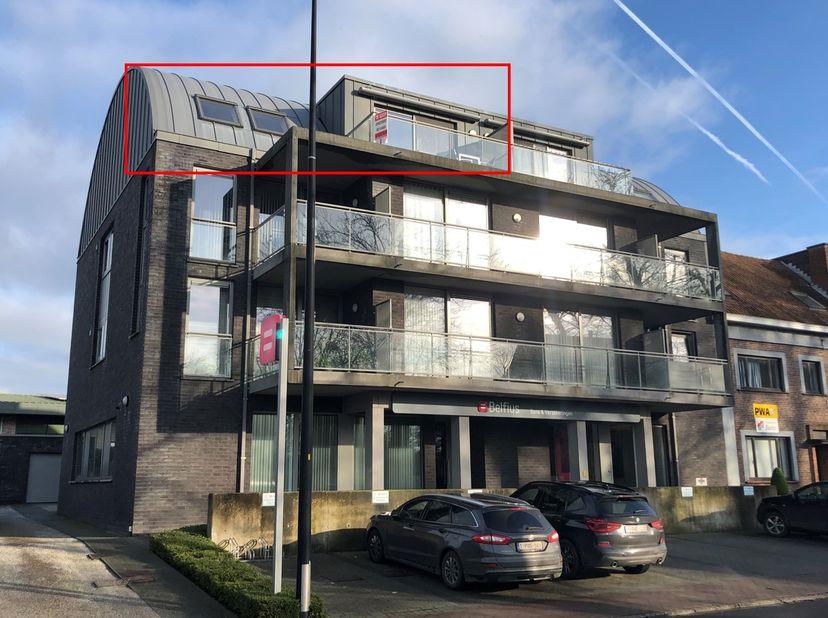 Perfect onderhouden appartement gelegen in het centrum van Knesselare. Het appartement bevindt zich op de bovenste (derde) verdieping en wordt gekenme