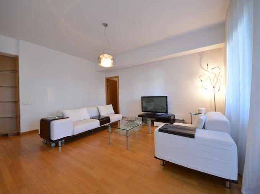 Mooi gemeubeld luxe appartement met 2 slaapkamers. Onmiddellijk beschikbaar. Verder een ruime woonkamer met open volledig geïnstalleerde keuken. Verde