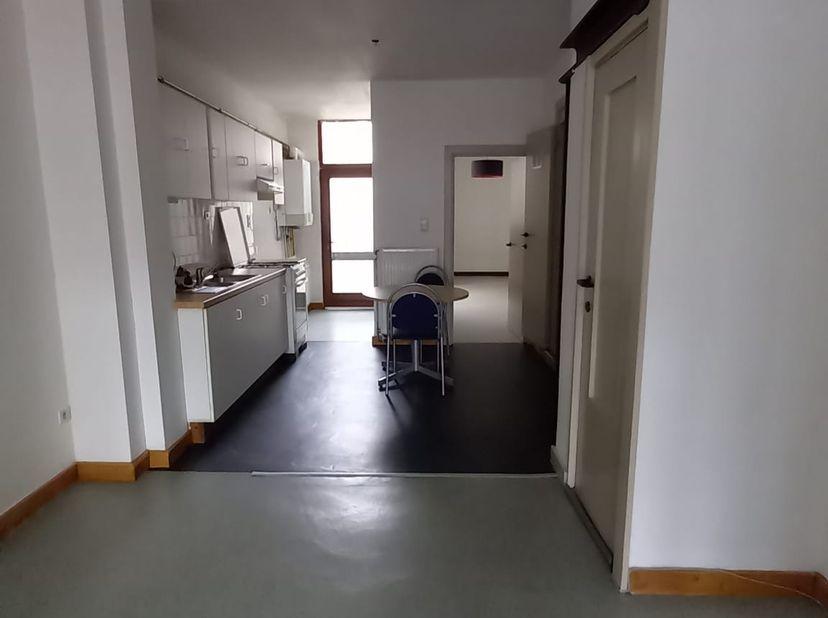Mooi gelijkvloers appartement te huur. Gelegen op het Sint- Franciscusplein, een zijstraat van de Bredabaan te Merksem. In een straal van 1 km zijn er