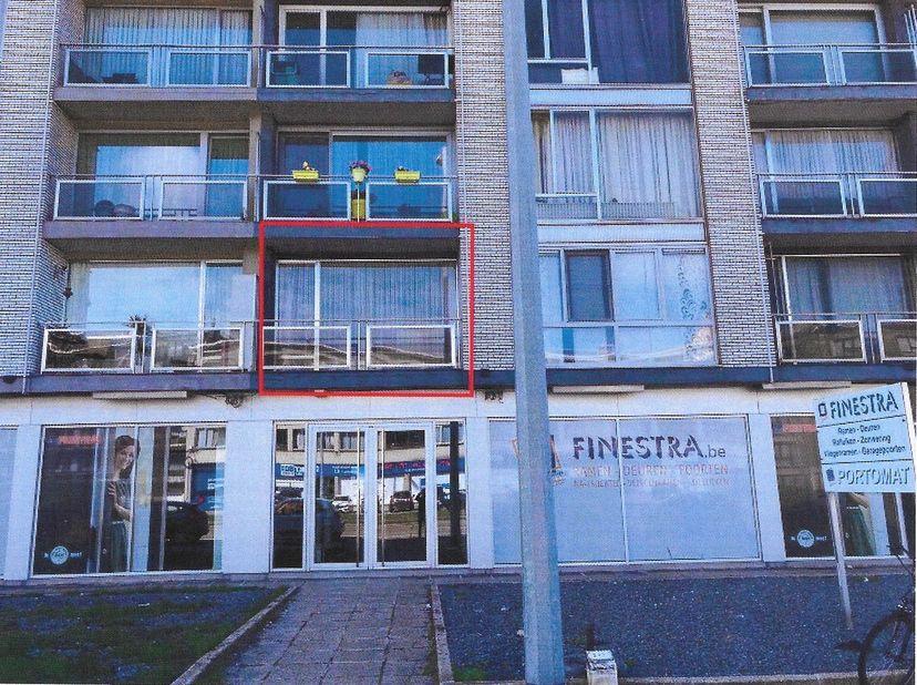 Appartement op de 1ste verdieping.<br /> 1 gemeenschappelijke delen:<br /> -trap en lift.<br /> -mazoutketel<br /> <br /> 2 ondergrondse garagebox<br