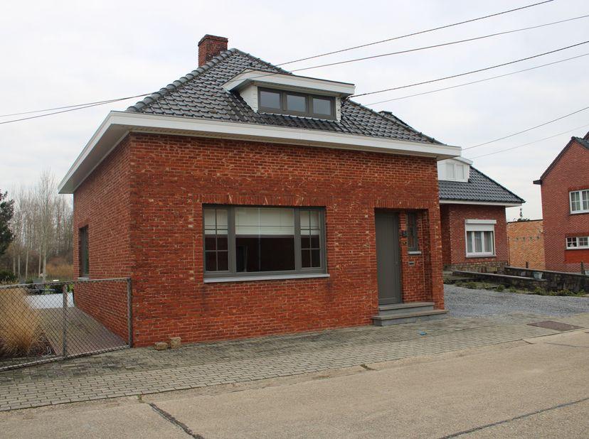 Deze woning werdt recentelijk in 2017 grondig gerenoveerd. <br /> - Elektriciteit werd volledig vernieudwd<br /> - Nieuwe Vaillant Gas condensatie ket