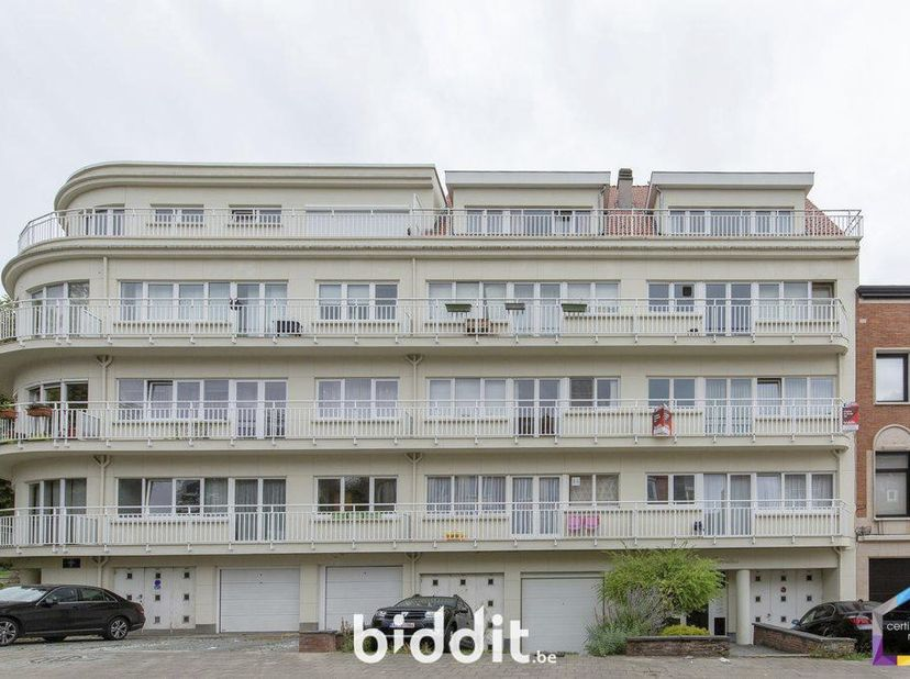 Bel appartement (2ème étage) avec cave<br /> avenue des Croix du feu 183<br /> Au 2e ét. compr. living (+-24,33 m²), 2 chamb