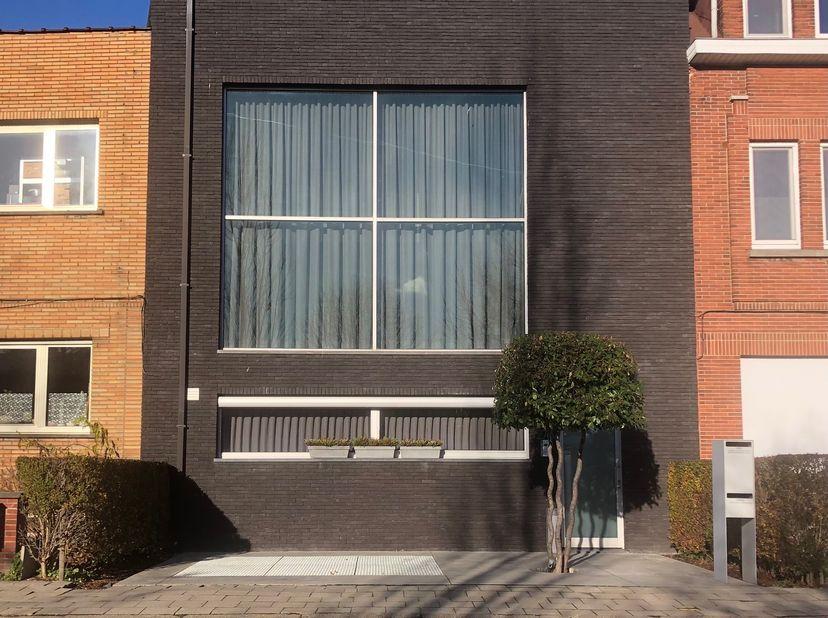 POLYVALENTE INSTAPKLARE OPBRENGSTEIGENDOM<br /> De woning ( 2000 ) bestaat uit 2 appartementen, welke moeiteloos indien nodig tot één entiteit kunnen