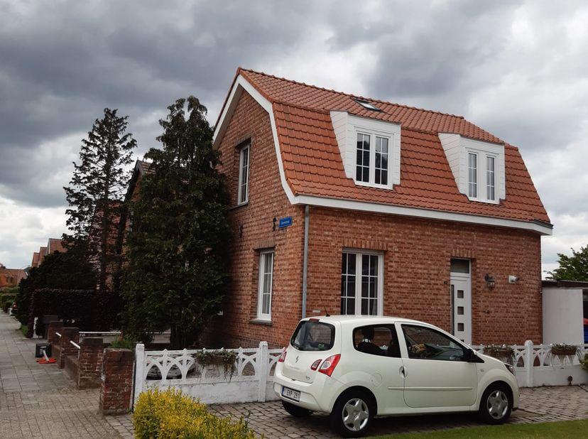 Te koop / Te Huur <br /> Huis (Halfopen bebouwing)<br /> Voortuin <br /> Lange oprit<br /> Achtertuin<br /> Terras<br /> 3 slaapkamers<br /> Living <b