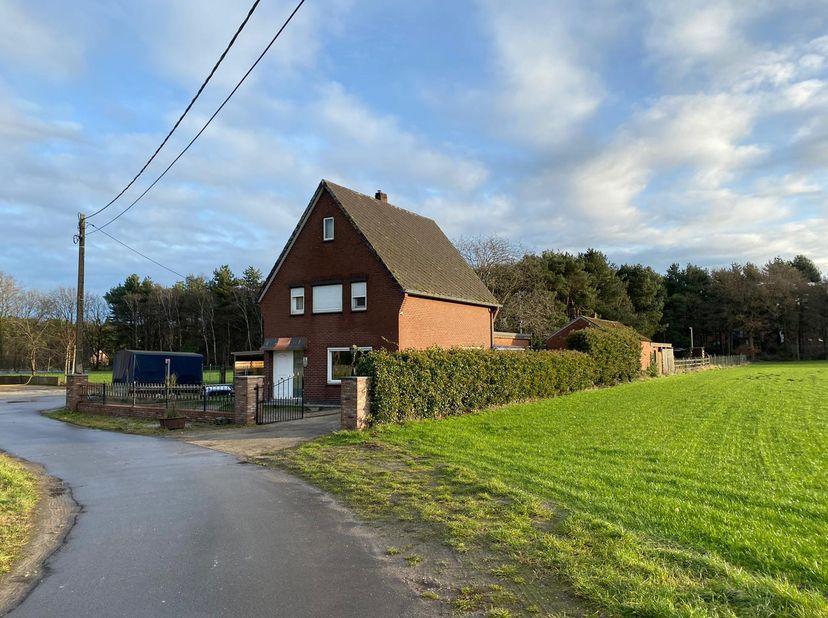 Unieke woning met aanliggende weides binnenkort te huur. Beschikbaar vanaf half Maart 2021. <br /> <br /> Het huis is gelegen in een doodlopende straa