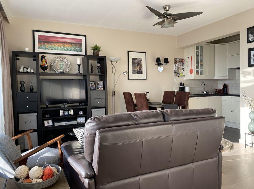Deze volledig vernieuwde en vooral zeer zonnige studio op de 6e verdieping is de perfecte locatie voor uw verblijven aan zee. De studio werd volledig