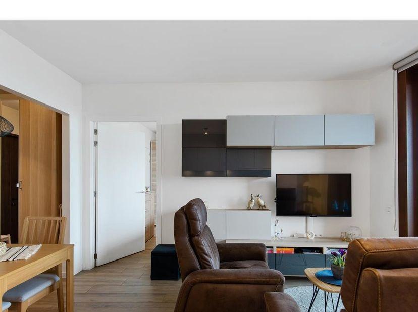 Een enorm royale inkom waar altijd iemand paraat is voor u! Het appartement zelf is mooi afgewerkt en omvat een ruime inkomhal, aparte toilet, leefrui