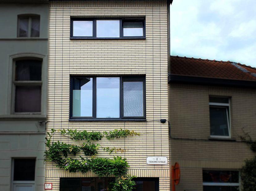 Gerenoveerde instapklare woning in Sint-Amandsberg<br /> <br /> Deze recent gerenoveerde (2017) woning met stadstuin is gelegen op een steenworp van G