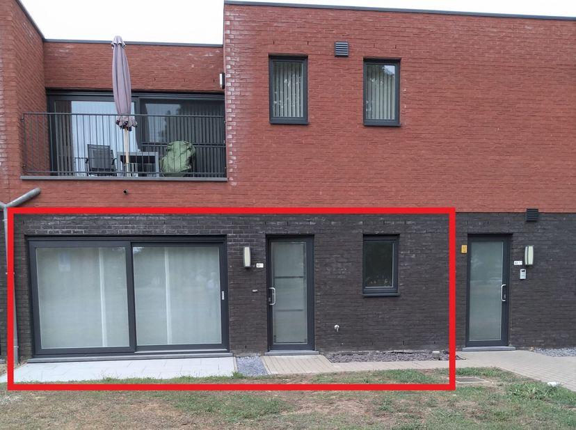 Recent appartement ; gelijkvloers; terras aan de voorkant; tuin aan de achterkant; zuidwaarts gericht; leefruimte met open keuken voorzien van frigo,