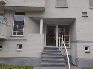 Het appartement bevindt zich in een rustige buurt met een speelplein ertegenover en vlakbij het Provinciaal Domein. Er is een vlotte verbinding met de