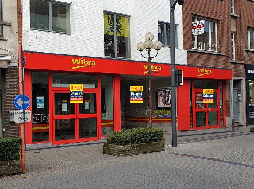 Commercieel gelijkvloers // kantoorruimte te huur, centraal gelegen te Turnhout. <br /> Deze bijzonder zichtbare locatie biedt dan ook de ideale uitva