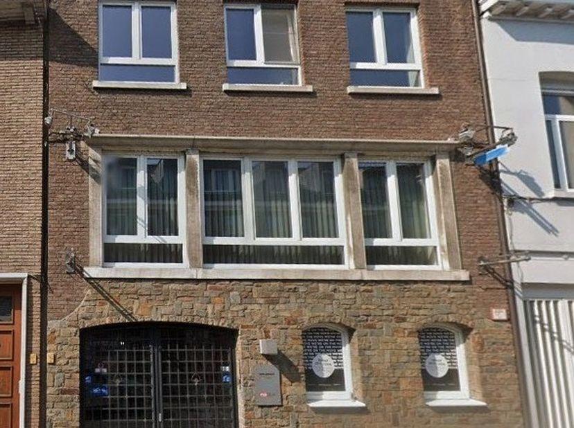 Mooie stadswoning van architect Bols met praktijkruimte voor zelfstandige of kantoren.<br /> Op het gelijkvloers :  inkomhal - wachtkamer - praktijkru