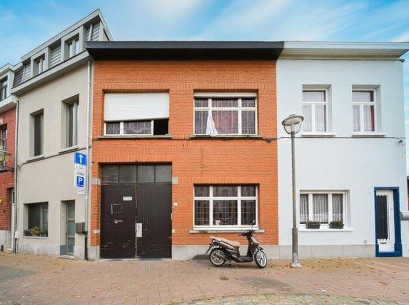 TE RENOVEREN WONING + MAGAZIJN<br /> Te renoveren woonhuis.<br /> op het gelijkvloers ingericht als een aparte wooneenheid en op de eerste verdieping