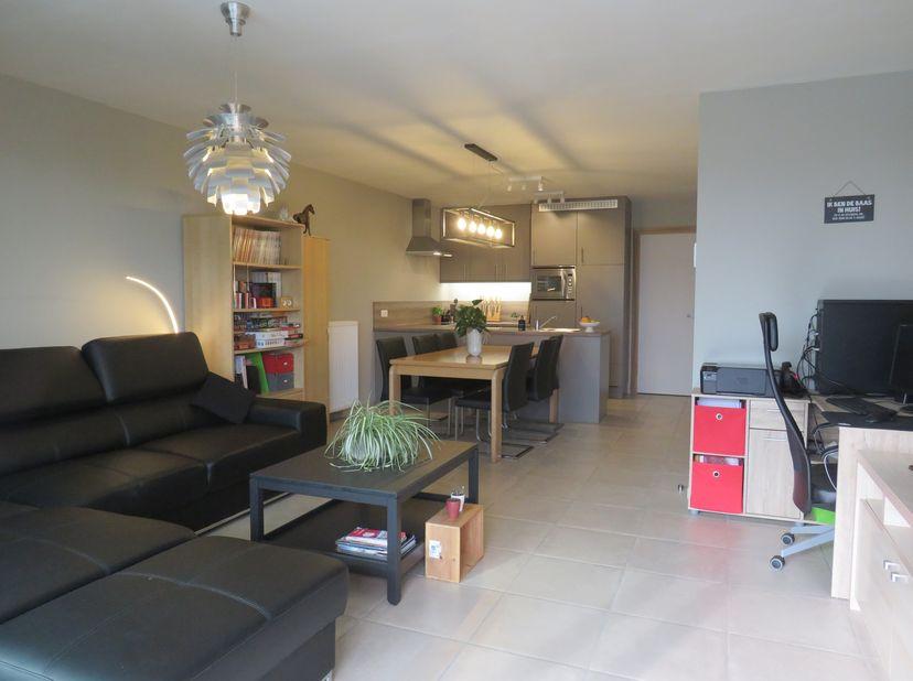Dit mooie nieuwbouwappartement met een oppervlakte van 83.62 m² met tuin is gelegen in het centrum van Aalter-Brug. Het appartement is gelegen op de g