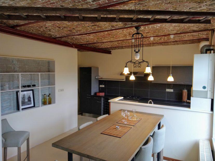 Pand gemengd gebruik: <br /> -- Gelijkvloers zeer ruim apartement met 2 slaapkamers en grote studio, gerenoveerd in 2015.<br /> -- eerste verdiep gere