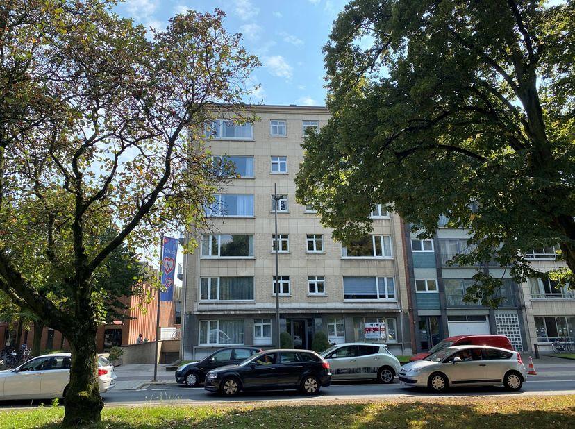 KONING VASTGOED (BIV 514.948) biedt aan: karaktervol en instapklaar appartement, met autostaanplaats en kelderberging. Vindt u op deze begeerde locati