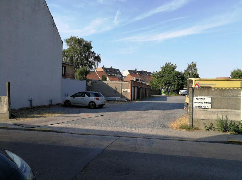 Garages en parkeerplaatsen te huur in centrum Kuurne. Prijzen variëren naargelang contract (1-7 jaar). BTW van toepassing. Professioneel gebruik toege