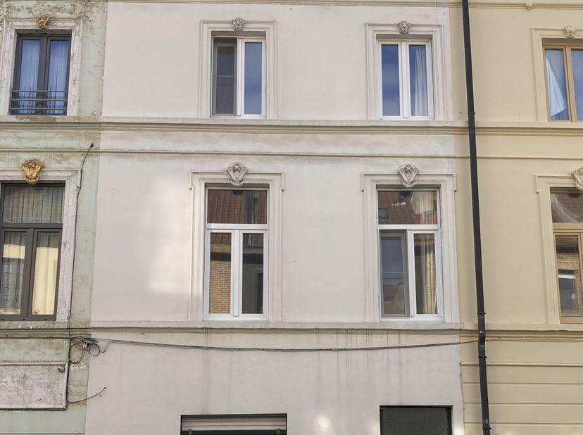 Gelegen nabij Ledebergplein (mobiscore 9,5) , vroegere studentwoning/co-housing. De benedenverdieping bestaat uit een ruime inkomhal , een voorkamer/l