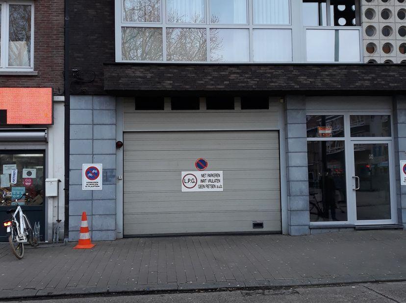 Zee droge en ruime garage , boven elektrische poort met afstandsbediening of sleutel ,ingang mogelijk langs poort of via trap, garage box met hormann