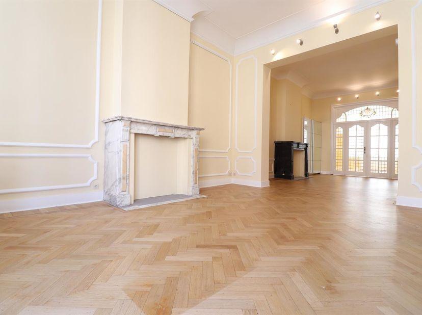 Élégance et grands espaces pour ce très bel appartement de 80 m2 au premier étage d'un bel immeuble des années 1920