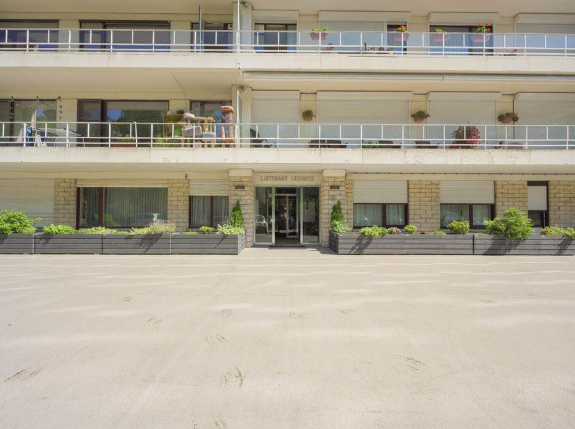 Het samenvoegen van het appartement met studio zorgt voor een zeer ruim en lichtrijk appartement op een goede locatie.  <br /> Opp. 162 m²; EPC 243 kW