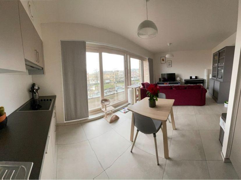 Lichtrijk modern appartement met open keuken. <br /> Alle comfort en vooral veel lichtinval zijn de troeven.<br /> Mooie afgewerkte materialen zijn ge