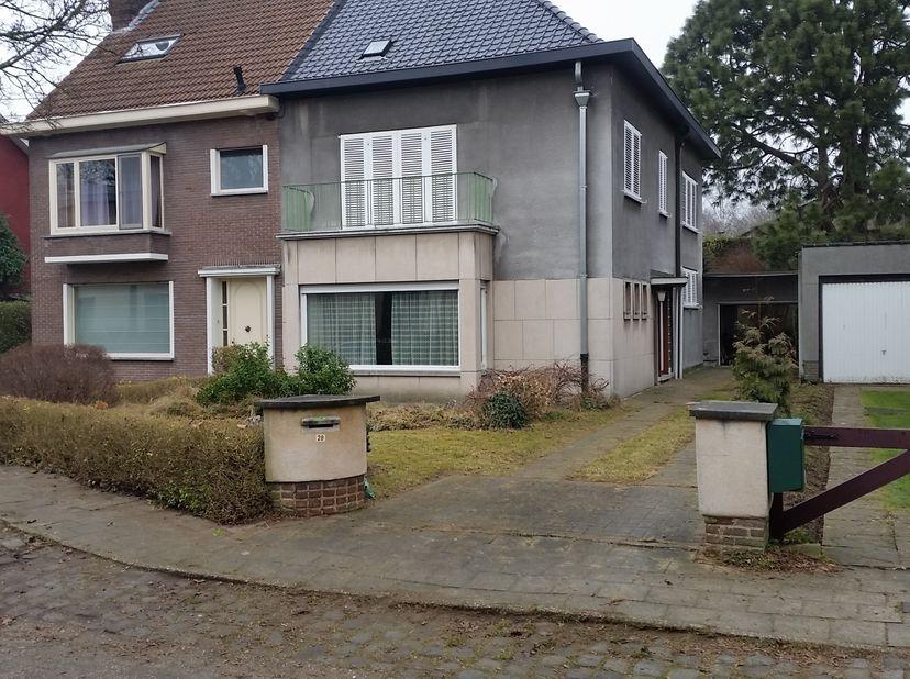 Deze halfopen bebouwing uit de jaren 50 ligt centraal in Mariakerke, met winkels, scholen en openbaar vervoer dichtbij (Mobiscore 9/10). De woning bes