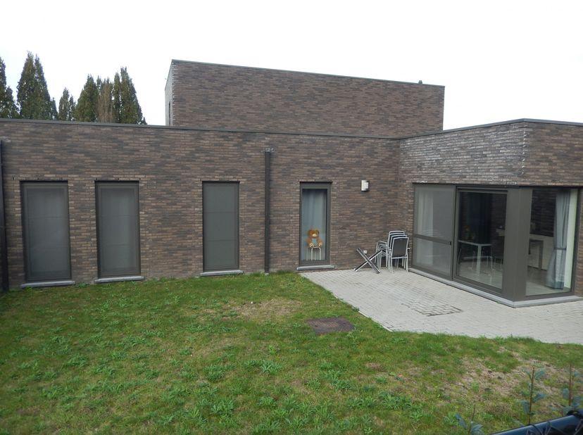Gelijkvloerse halfopen woning (bouwjaar 2017) met tuin, carport en gesloten fietsenberging. <br /> Het pand is rustig gelegen in een woonerf op 1 km v