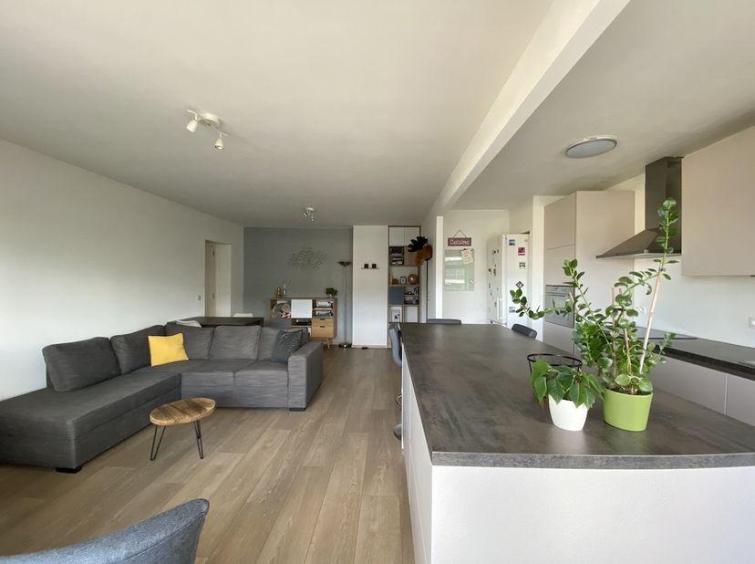 Recent gerenoveerd appartement .<br /> <br /> Indeling : inkomhal met vestiairekast - vernieuwde open keuken en leefruimte (2015) - vernieuwde badkame