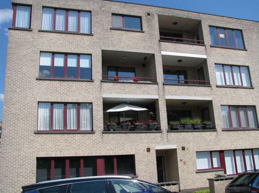 Dit zonnig appartement met 2 slaapkamers te Deurne-Zuid is gelegen in een residentiële wijk op de 3e verdieping rechts met lift.<br /> Via de inkomhal