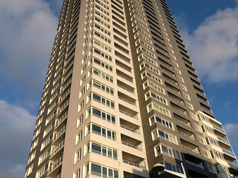 L'appartement moderne se situe au 13 ème étage dans la tour résidentielle la plus haute de Belgique et offre une vue magnifique sur Bruxelles. <br />