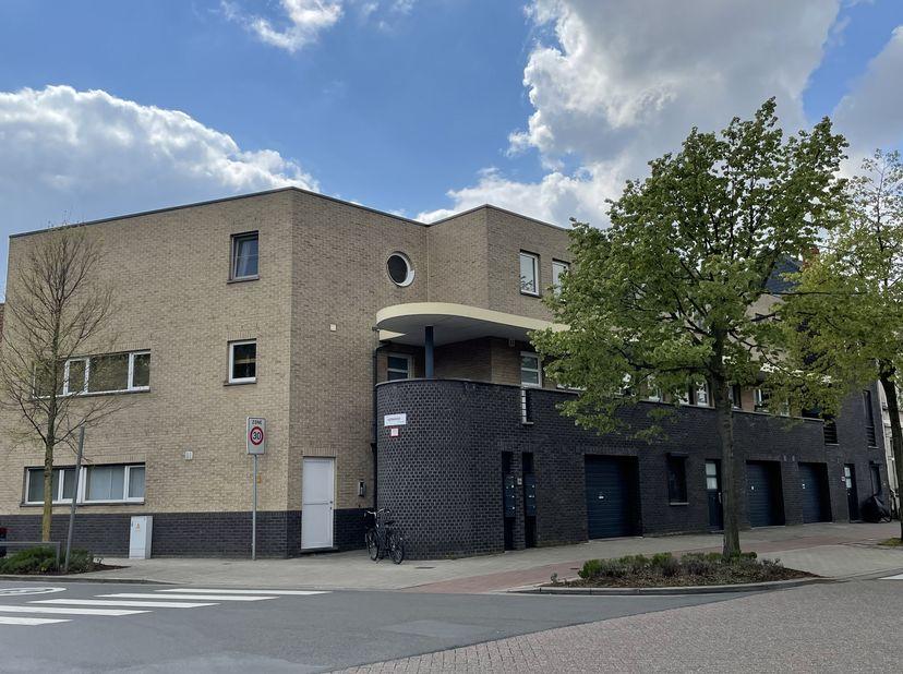 Deze instapklare duplex bevindt zich in het gezellige Moretushof, gelegen tegenover de oude begraafplaats van Wilrijk die onlangs werd omgevormd tot e
