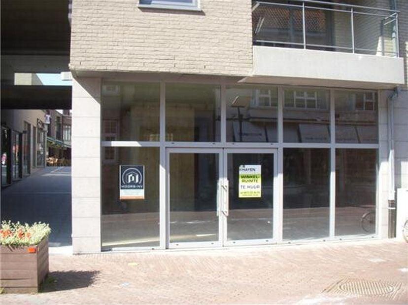 Commercieel handelsgelijkvoers, gelegen op de nieuwe winkelpromenade De Passage, tussen Molenstraat en Shopping 2 in het centrum van Genk. Naburige wi
