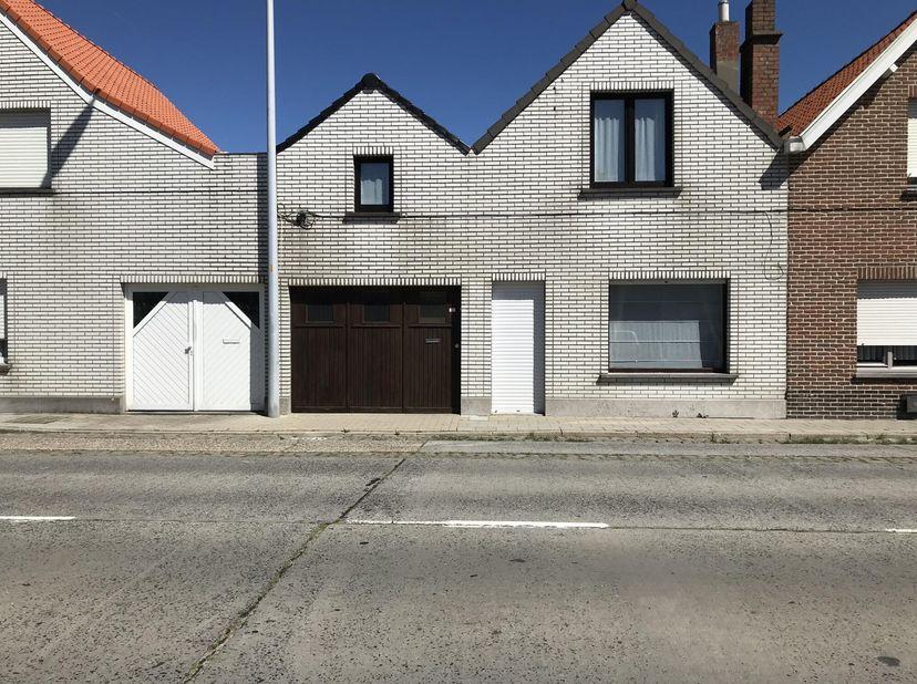 Verrassend ruime woning te De Haan omvattende op het GELIJKVLOERS:<br /> - Grote GARAGE voor 2 wagens na elkaar<br /> - Living met salon en eetplaats<