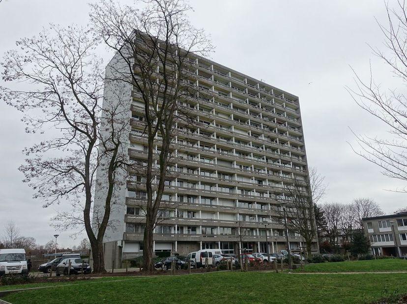 Appartement op het 11de verdiep volledig gerenoveerd in 2010 bestaande uit een inkomhal met ingebouwde kast, volledig ingerichte keuken koken op gas m
