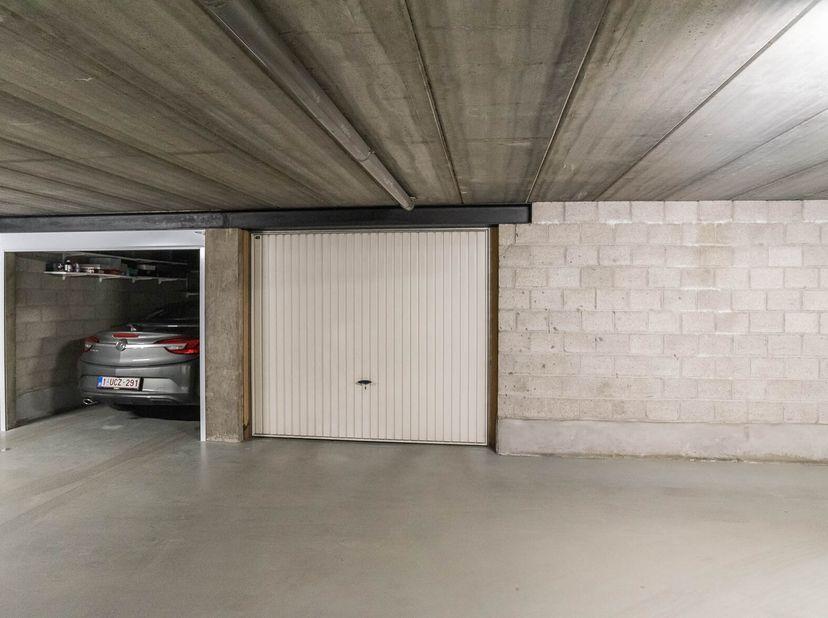De garagebox gemerkt 13 met zijn poort. Met 8/10.000 in de grond en 9/200 in de Garagezone B.<br /> Bezoek:<br /> don. 14-21-28/10 en 04/11 tssn 18u-2