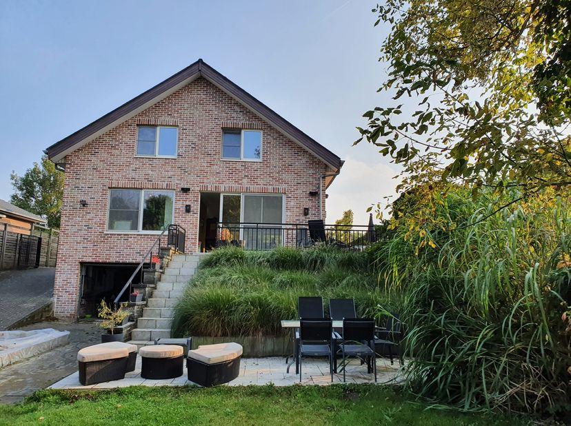 De ideale woning voor een gezin met kinderen.  Veel kamers, veel bergruimte, een kelder-garage die nog veel mogelijkheden biedt en een grote afgeslote
