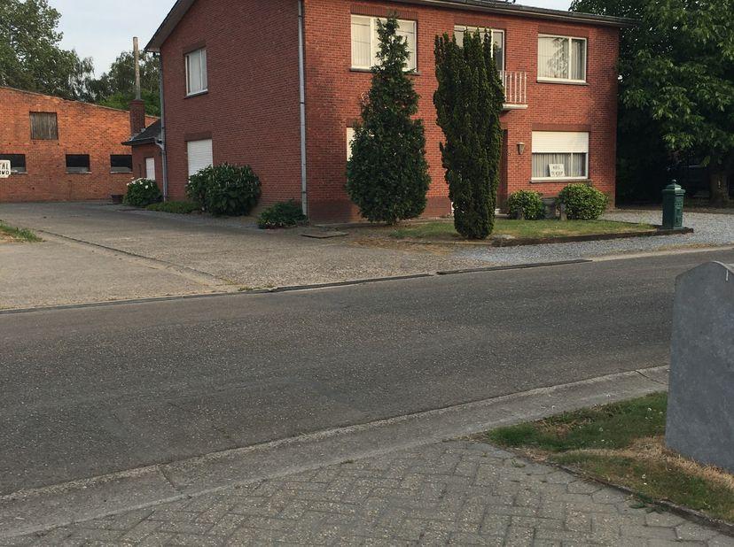 Huis te koop,plus stal van  480 Vierkante meter ,plus bouwgrond 23are+80are weiland  ,gelegen dicht bij het centrum van Hasselt,grenzend aan natuurgeb