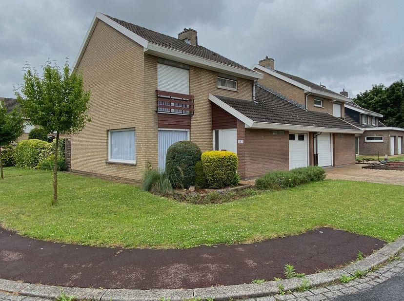 Huis te koop Gullegem !<br /> Deze ruime op te frissen halfopen woning biedt:<br /> •Op het gelijkvloers: living, nieuwe  keuken, toilet, garage met