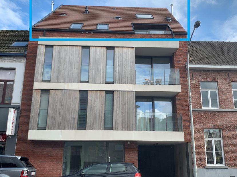 Prachtig gelegen duplex appartement aan de stadsrand op 100m van de Kruispoort. Het duplex appartement van 135m² bestaat op de benedenverdieping uit e