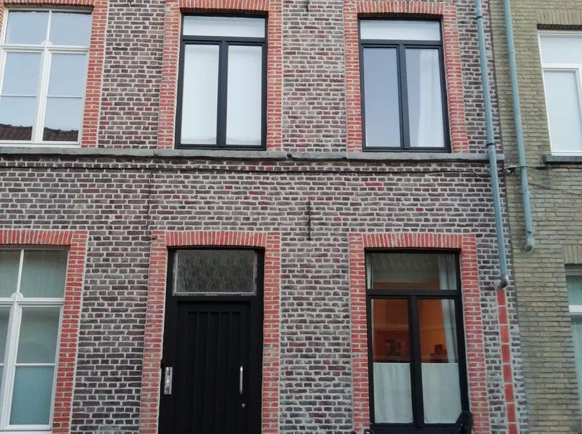 Gerenoveerde rijwoning met alle comfort in hartje Brugge.<br /> <br /> Deze Brugse rustig gelegen rijwoning is instapklaar en bevindt zich tussen het