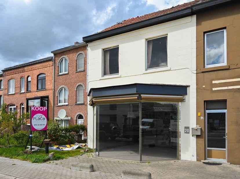 Dit handelspand met woonfunctie heeft een groot atelier (vroeger bakkerij) en is via de achtergelegen weg bereikbaar (eventueel via Banneuxwijk). Te r
